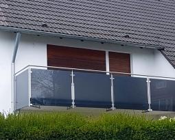 Balkon mit grauem Glas