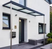 in Duisburg konstruierte und montierte der Edelstahl-Experte Nappenfeld aus Mühlheim ein Vordach mit integrierter Regenrinne