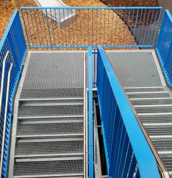Neue Flucht-Treppe samt Einhausung