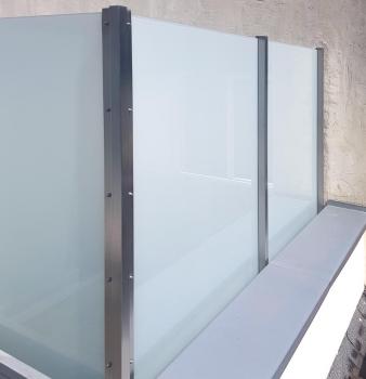 Trennwand aus Edelstahl & Glas
